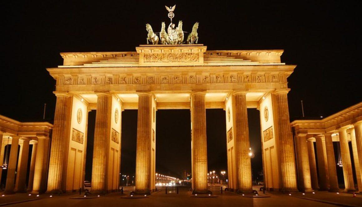 Brama brandenburska oświetlona żółtym światłem nocą