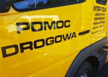 Zdjęcie żółtego auta z napisem pomoc drogowa